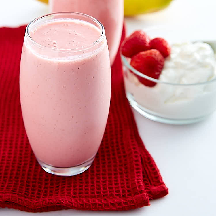 This strawberry banana yogurt smoothie recipe is perfect for breakfast. High in protein and low in fat, it's a power drink that tastes like a dessert. | ifoodblogger.com