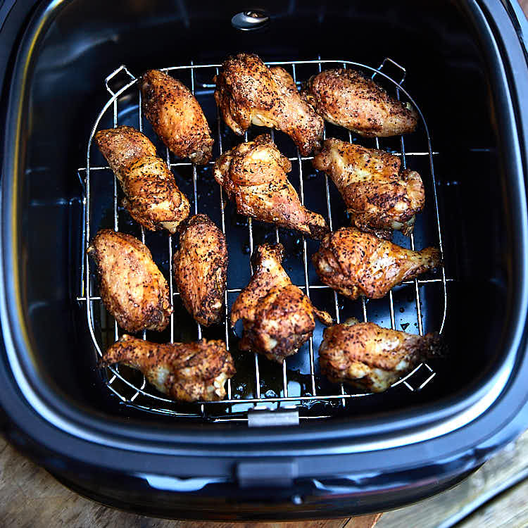 The preparation process for air fryer chicken wings - a few simple steps and 20 minutes to fry. | ifoodblogger.com